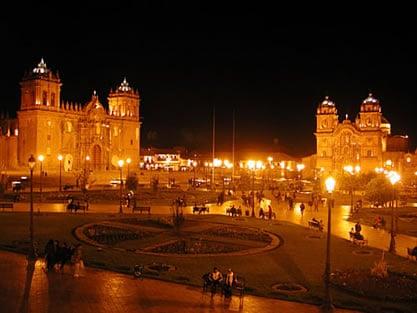 cusco-plaza-noche