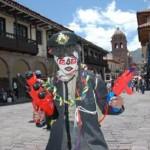 Cusqueños y turistas celebraron carnavales en plaza de Armas